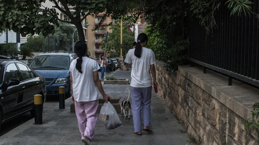 Dos trabajadoras domésticas filipinas pasean un perro en Beirut/  Oriol Andrés Gallart