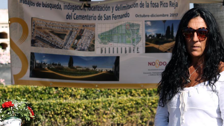La arqueóloga Inma Carrasco en las fosas del cementerio de Sevilla.   FOTO. J.M.B.