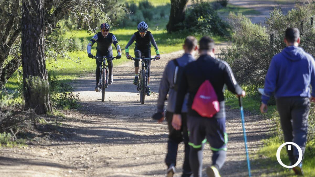 Ciclistas y senderistas por la sierra de Córdoba