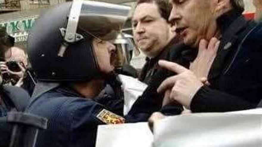 José Miguel Camejo cuando era jefe de la Unidad de Intervención Policial en Bilbao, enfrentándose a Arnaldo Otegui