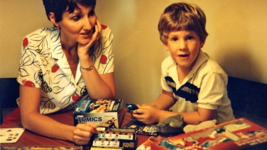 Dylan Klebold de pequeño con su madre Sue/ Twitter