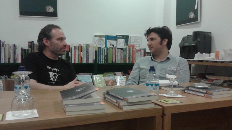 El escritor Félix Chacón y el editor Fernando Varela en la Librería Taiga de Toledo