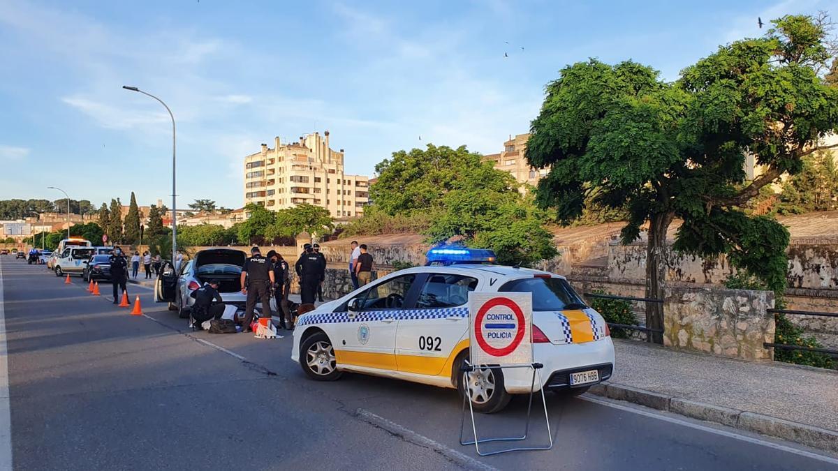 Un vehículo de la Policía Local de Badajoz durante un control
