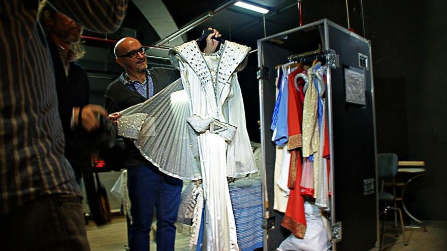 El regidor de 'Mamma Mía', Juan Carlos Rodríguez, muestra uno de los vestidos de la protagonista, Nina