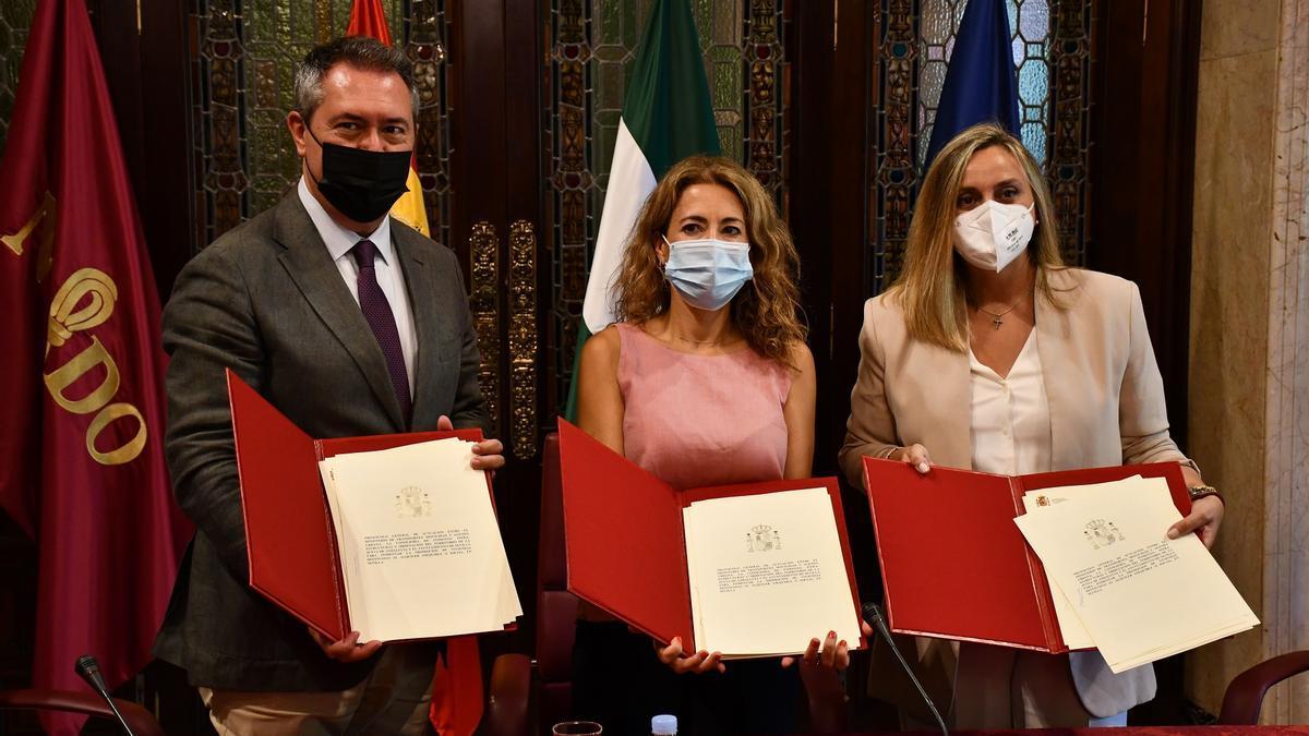 Juan Espadas, Raquel Sánchez y Marifrán Carazo, tras la firma del convenio de colaboración.