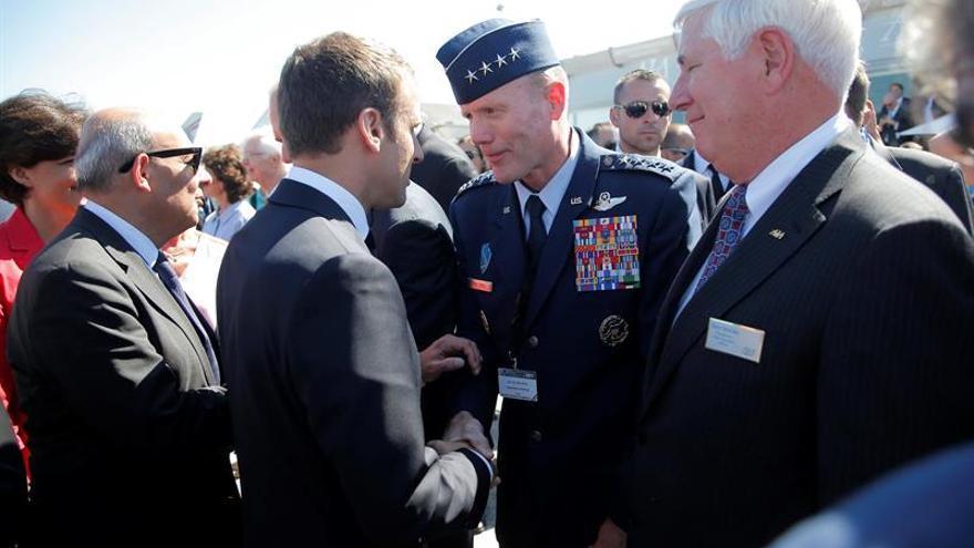 Macron vuela en un A400M para inaugurar el Salón Aeronáutico de Le Bourget
