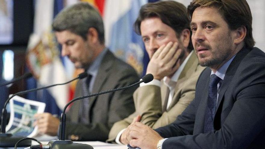 Alberto Bernabé, Carlos Alonso y Jorge Marichal, presidente de Ashotel, en una imagen de archivo