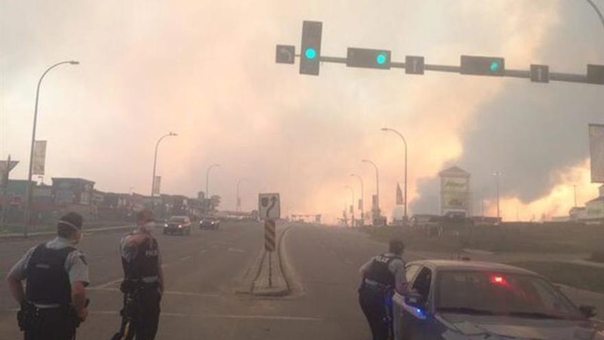 Las autoridades temen que el incendio en el noroeste de Canadá duplique hoy su tamaño