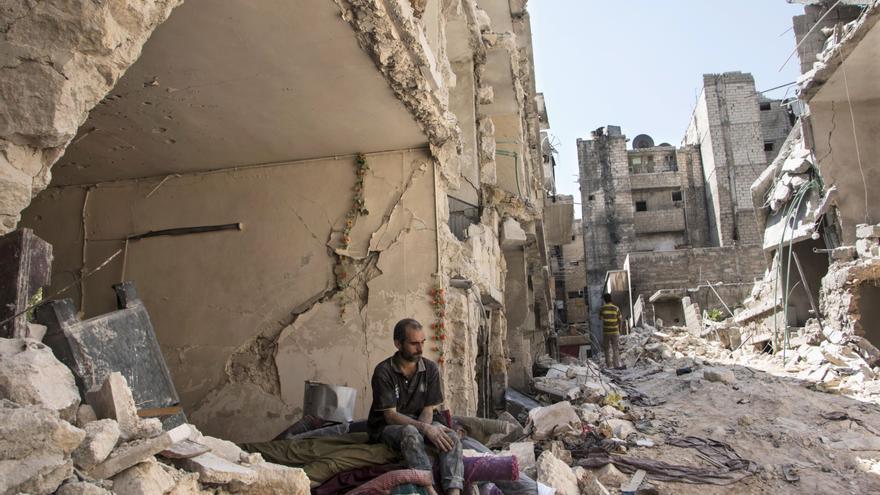 Un hombre sentado en los escombros en Alepo © AFP/Getty Images