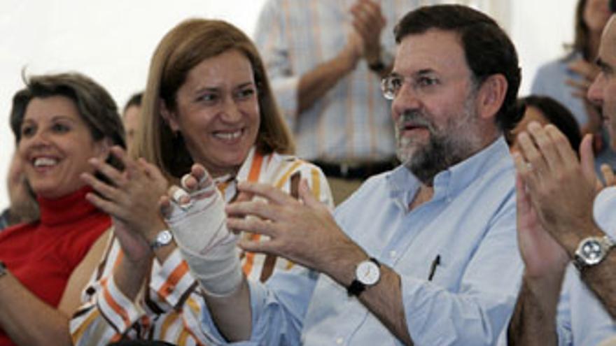 Mariano Rajoy, junto a Mercedes Roldós, durante el mitín de diciembre de 2005 en Arguineguín pagado por Grupo Europa. (CANARIAS AHORA)