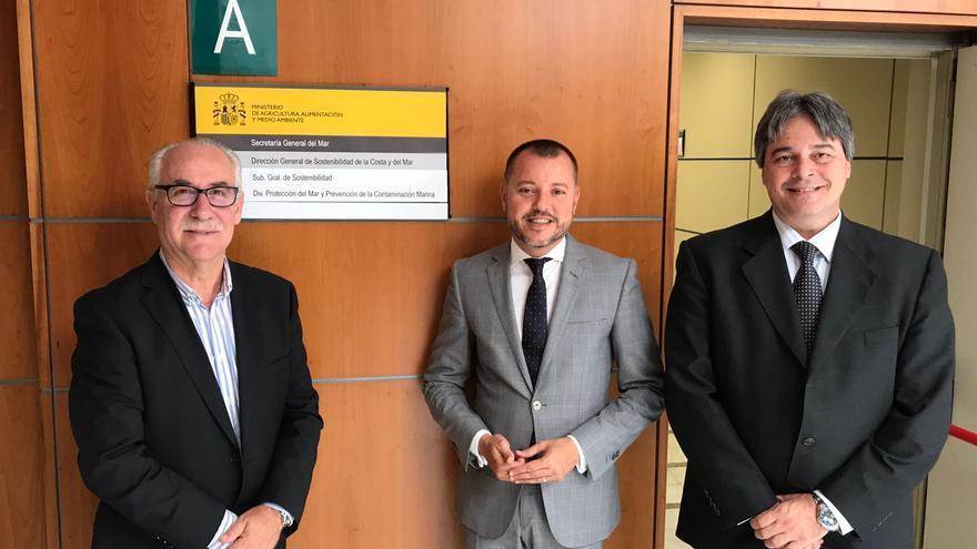El consejero de Sector Primario del Cabildo, Miguel Hidalgo, junto al gerente del Consejo Insular de Aguas, Gerardo Henríquez y el alcalde de Gáldar, Teodoro Sosa.