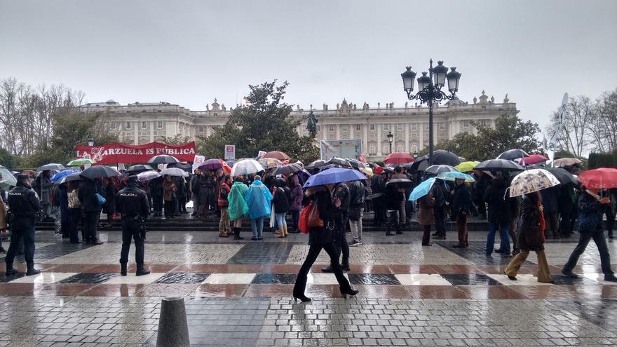 Protesta convocada por los trabajadores del INAEM frente al Teatro Real