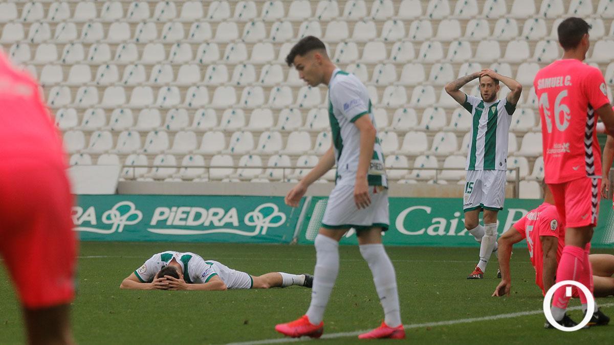 Los jugadores del Córdoba se lamentan ante el Tamaraceite.