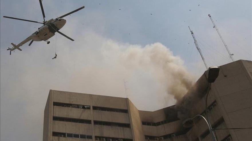 Suben a siete los muertos por un incendio en edificio de oficinas en Pakistán