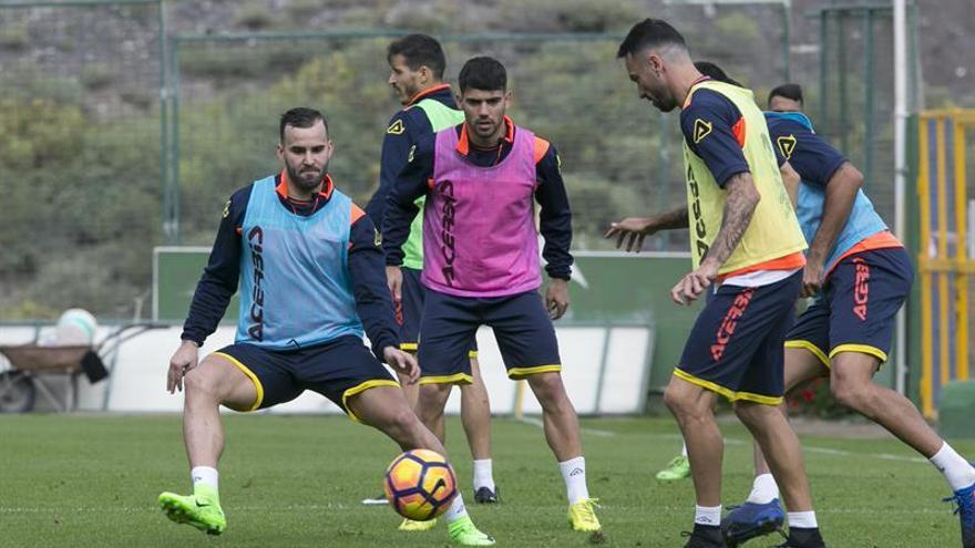 Primer entrenamiento del nuevo jugador de la UD Las Palmas, Jesé Rodríguez (i), junto a sus compañeros de plantilla.