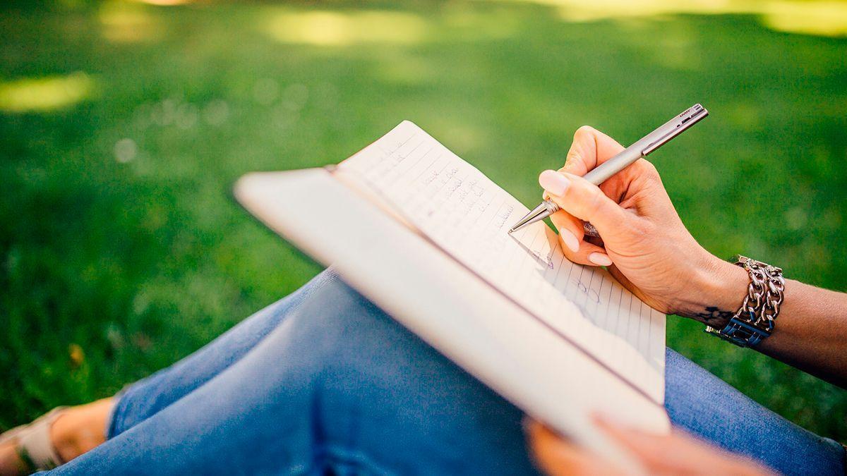 Una mujer escribiendo.