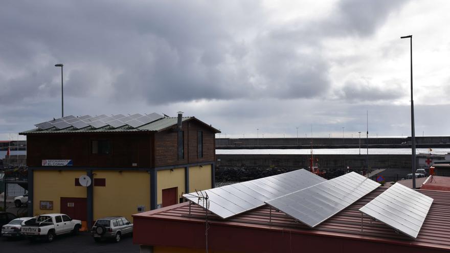 Instalación de energía solar fotovoltaica para autoconsumo en la cubierta del restaurante temático El Cora de la Cofradía de Pescadores de Las Nieves.