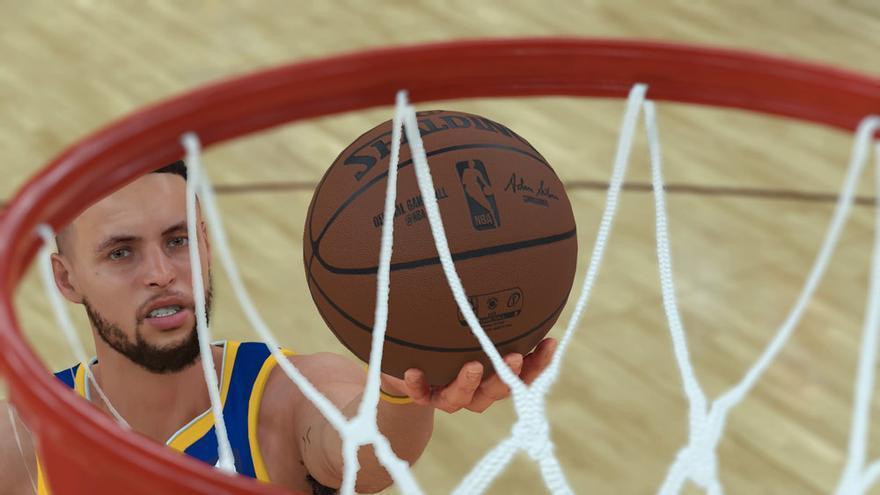 Stephen Curry dejando una bandeja en contraataque en el NBA 2K18