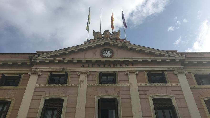 'Crida per Sabadell' descuelga la bandera española del Ayuntamiento en apoyo a Venturós (CUP)
