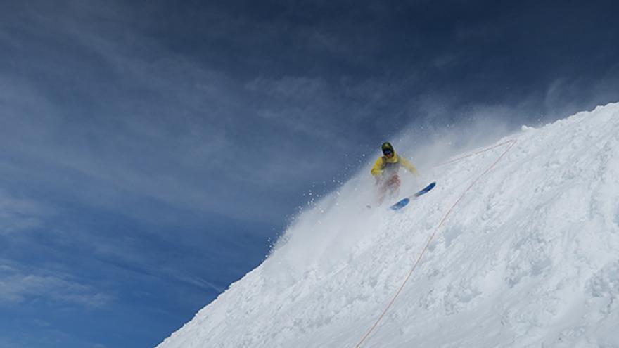 Sean, encordado por seguridad, hace los primeros giros desde la cima del monte Clemenceau.