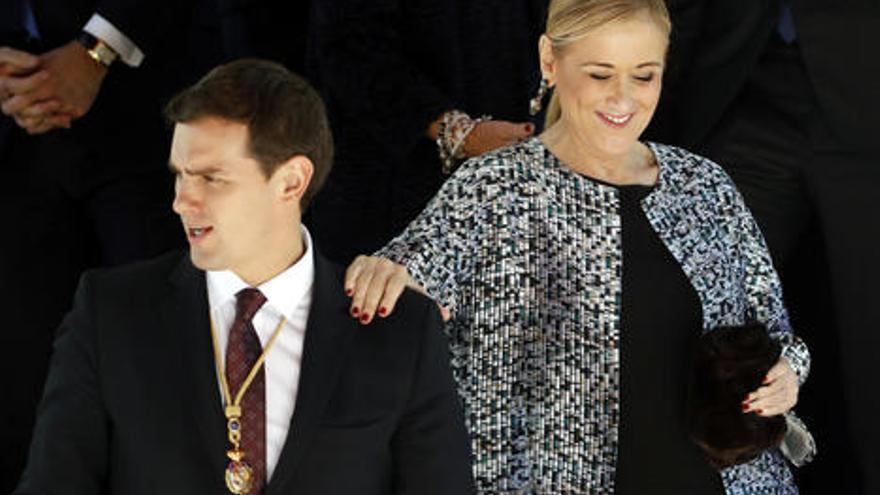 Cristina Cifuentes se apoya en Albert Rivera.