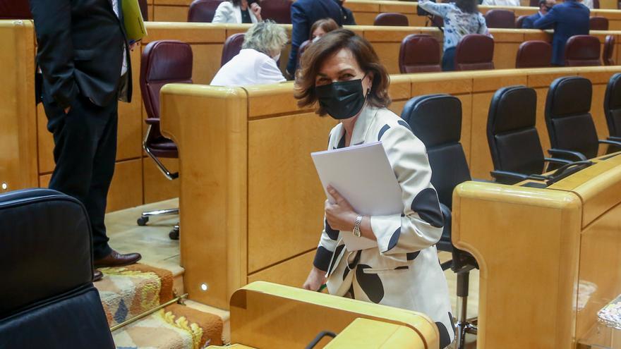 La vicepresidenta primera del Gobierno, ministra de la Presidencia, Relaciones con las Cortes y Memoria Democrática, Carmen Calvo, a su llegada a una sesión de control al Gobierno, a 8 de junio de 2021, en el Senado, Madrid, (España)
