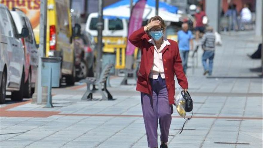 Una señora pasea con su mascarilla por la calle principal del pueblo de Tigaday en La Frontera, en El Hierro. EFE/ Gelmert Finol