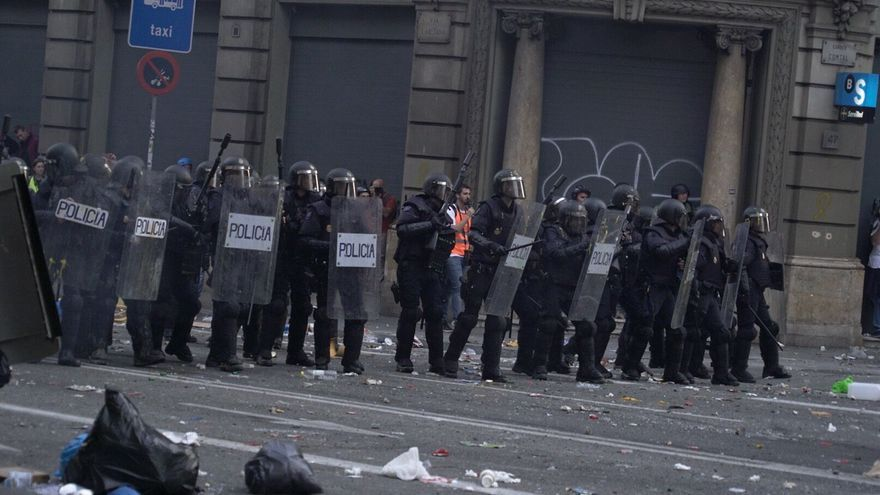 Cordón policial frente a la Jefatura Superior de Policía en la Via Laietana de Barcelona.