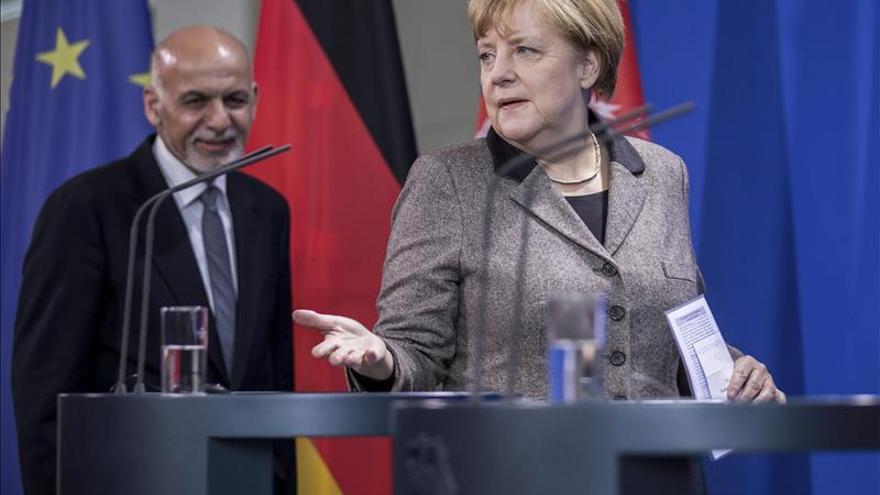 Merkel garantiza que mantendrá a sus soldados en Afganistán durante todo 2016