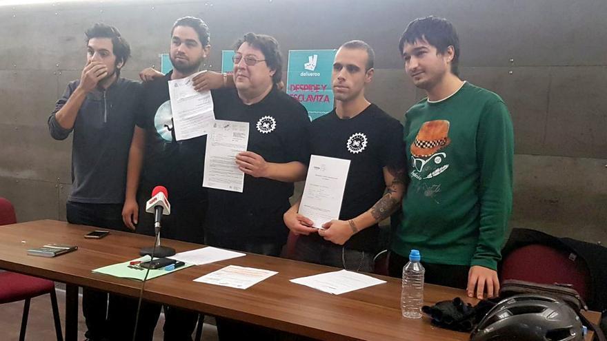 Trabajadores de Deliveroo junto al representante de Intersindical Valenciana