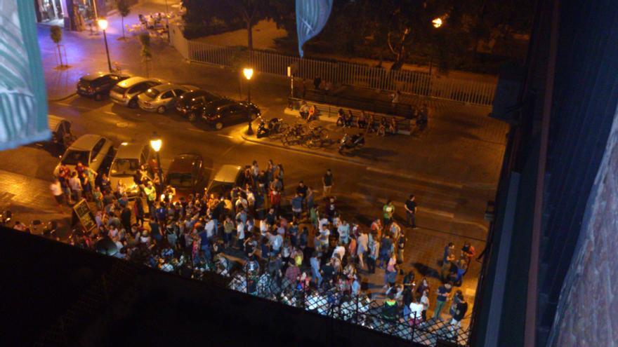 Varios jóvenes en la calle en la zona de la plaza del Cedro
