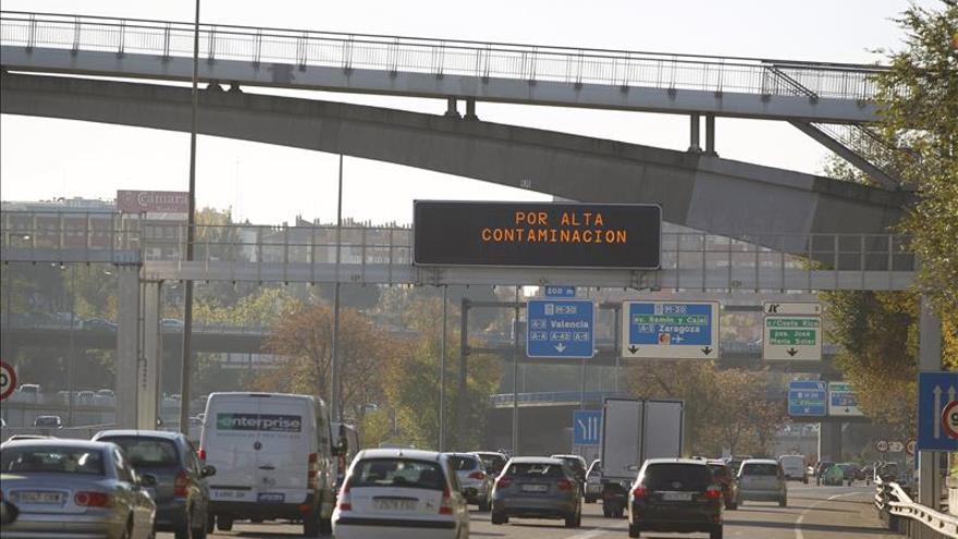 Panel con avisos por contaminacion en Madrid.