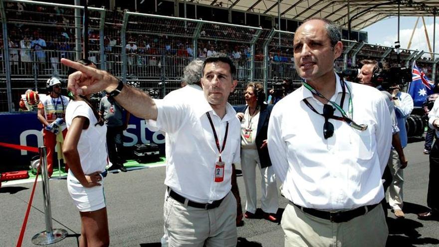 """El president de la Generalitat, Francisco Camps (d), atiende a las explicaciones del directivo de Valmor, Jorge Martinez """"Aspar""""."""
