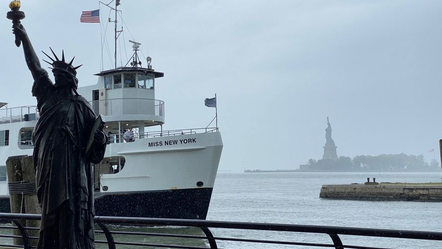 """Una pequeña Estatua de la Libertad se suma a su """"hermana"""" en Nueva York"""