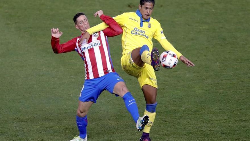 El delantero del Atlético de Madrid, Fernando Torres (i), disputa un balón con el defensa uruguayo de la UD Las Palmas, Mauricio Lemos, durante el encuentro correspondiente a la vuelta de los octavos de final de la Copa del Rey, en el estadio Vicente Calderón, en Madrid. EFE / Juanjo Martín.