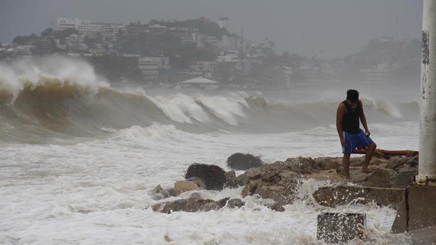 Max se convierte en huracán muy cerca de las costas del sur de México