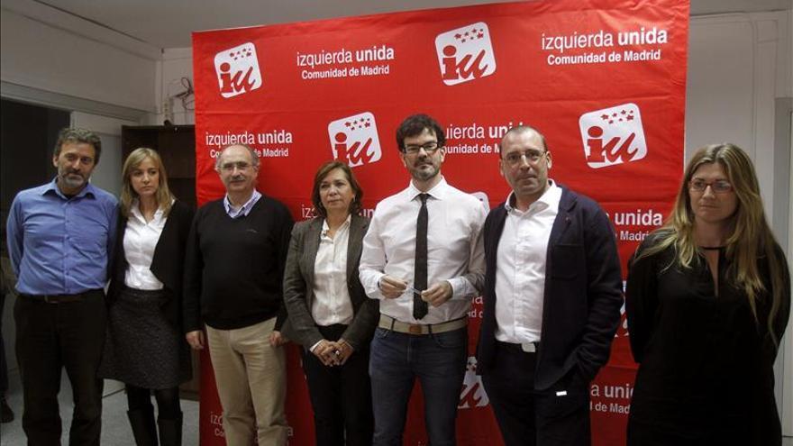 Los candidatos a las primarias de IU de Madrid con el coordinador regional, Eddy Sánchez.