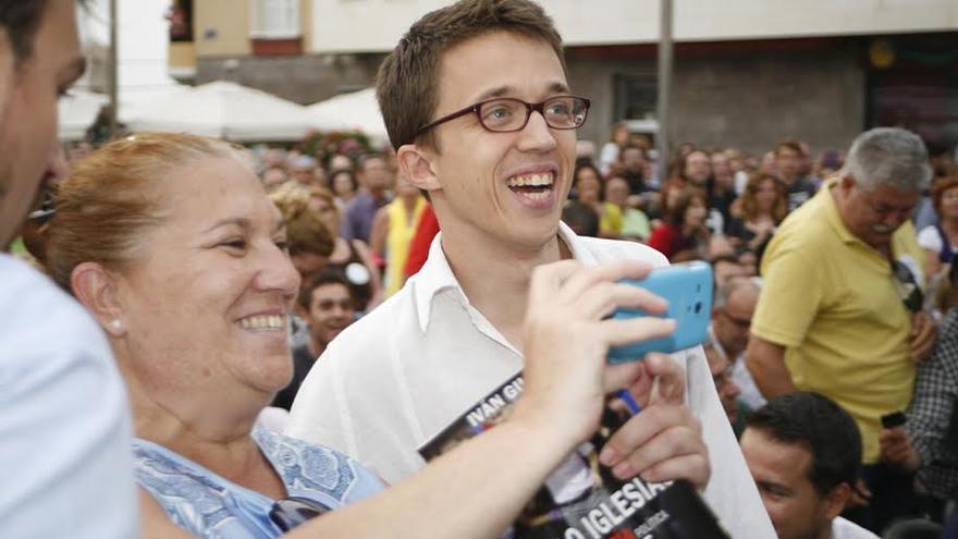 Una simpatizante de Podemos se hace un 'selfie' con Iñigo Errejón.  (ALEJANDRO RAMOS)