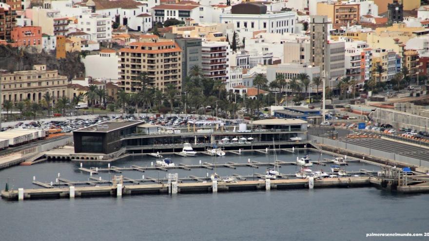 Imagen de archivo de la zona de aparcamientos en la explanada del Puerto de Santa Cruz de La Palma al fondo, con La Marina en primer término.