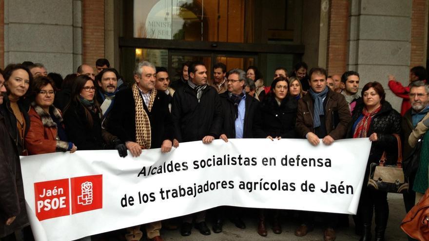 """Medio centenar de alcaldes del PSOE-A pide ante el Ministerio de Empleo """"inmediatez"""" en la respuesta a los jornaleros"""