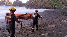 Traslado de la bañista herida en la playa de Nogales.