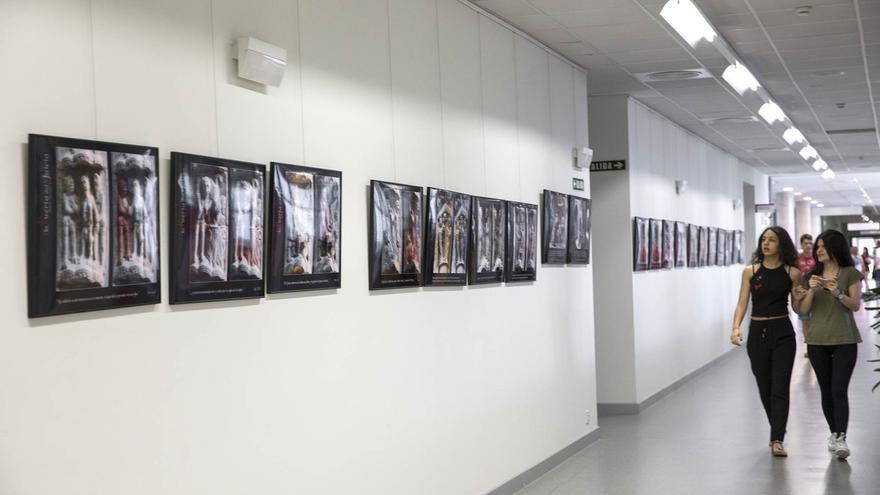 El campus de la UPNA en Tudela acoge una exposición fotográfica sobre la Puerta del Juicio de la catedral