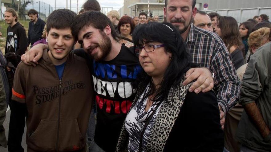 Dani, Isma y la madre del segundo a la salida de la prisión de Quatre Camins después de 34 días en preventiva
