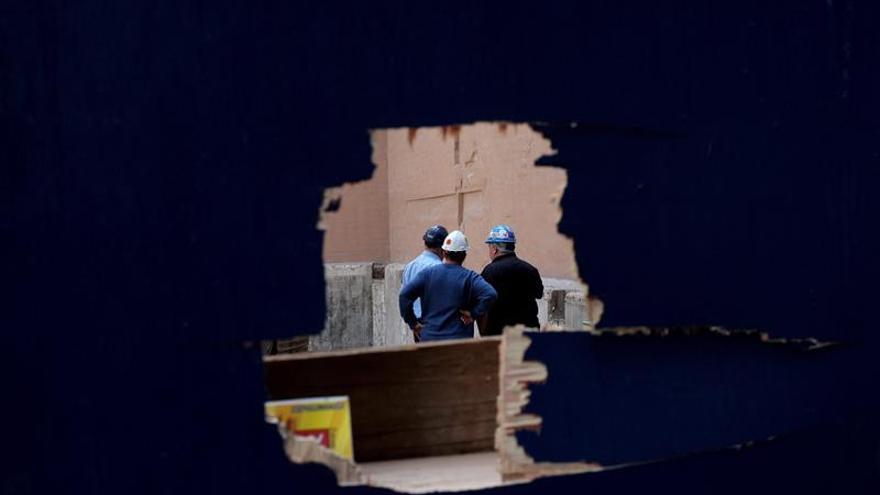 Imagen de archivo de varios trabajadores de la construcción.
