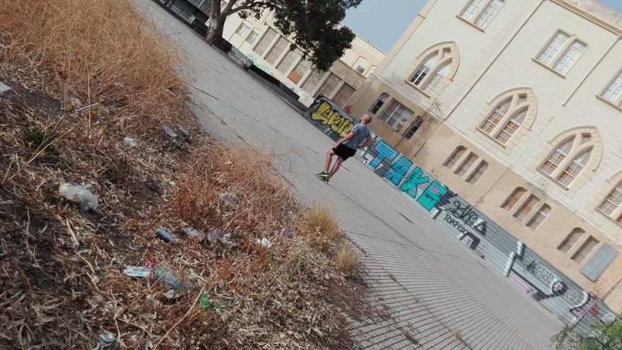 Más suciedad y malas hierbas en el mismo parque en ruinas del centro de Santa Cruz