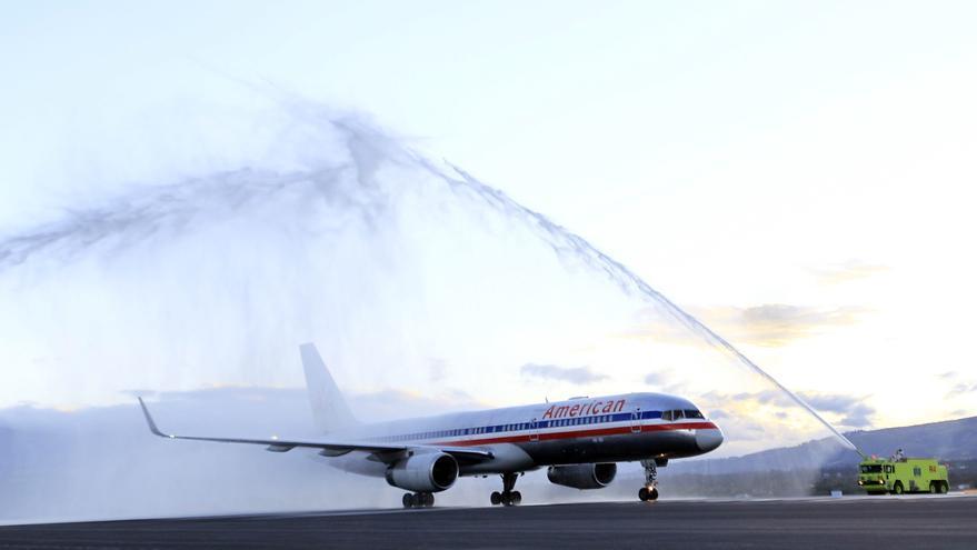 American Airlines planea miles de despidos y recortes de sus vuelos