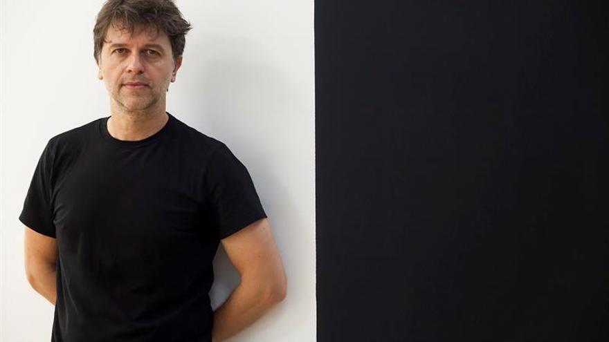Juan Carlos Fresnadillo durante la presentación de su primera exposición de fotografías integrada por treinta imágenes en blanco y negro. EFE/Ramón de la Rocha