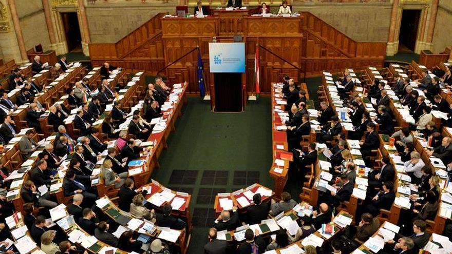 El Parlamento húngaro da luz verde a referendo sobre cuotas de refugiados