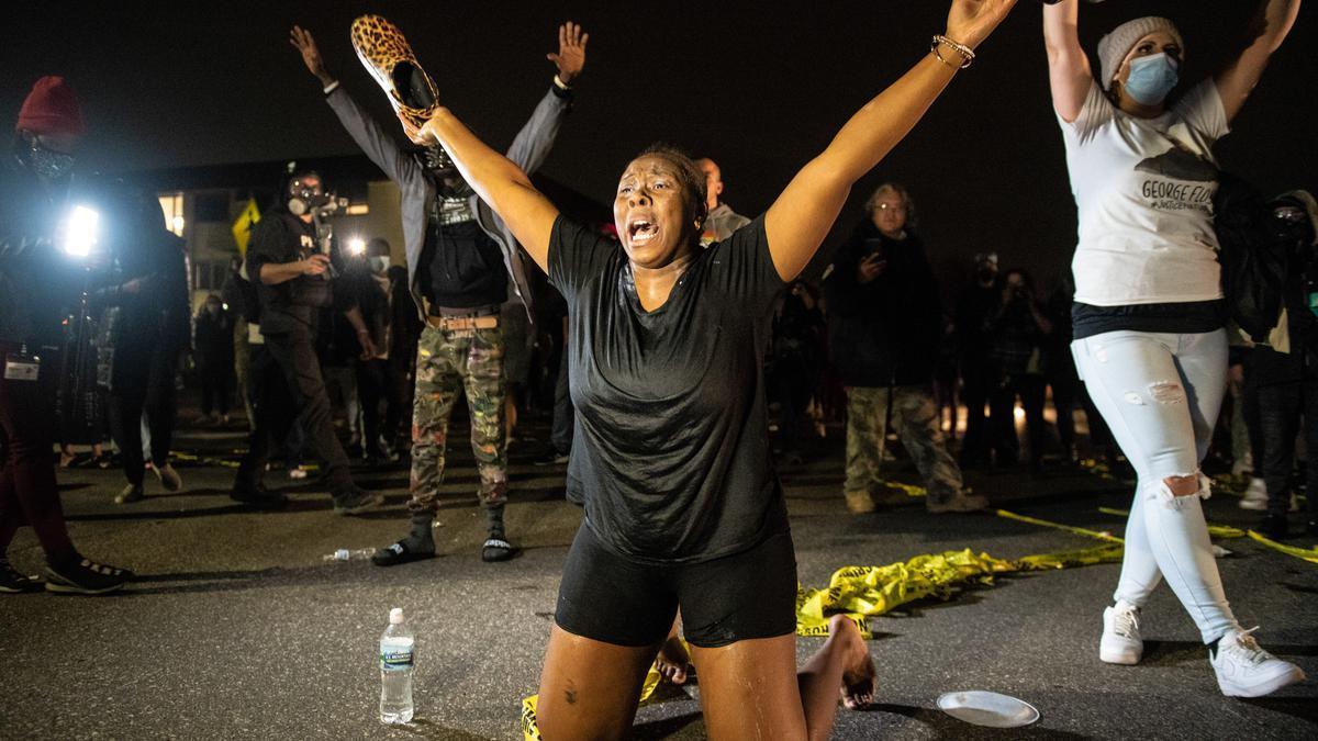 Manifestantes protestas cerca de la comisaría de Brooklyn Center, Minnesota, por la muerte de un joven afroamericano.