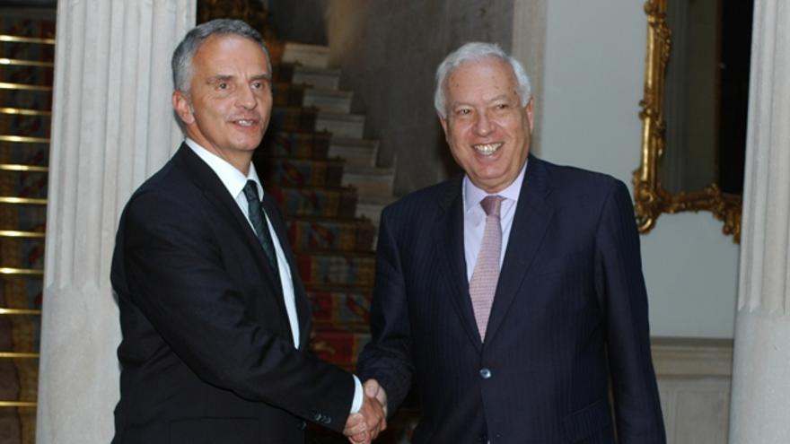 García-Margallo saluda al ministro suizo de Exteriores, Didier Burkhalter, el 8 de octubre. Foto: Ministerio de AAEE.